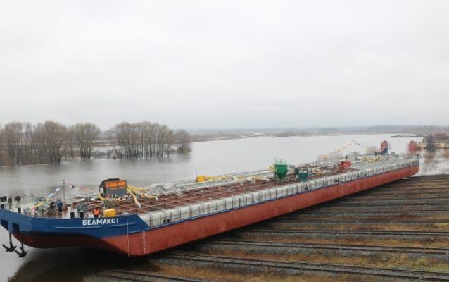 Нефтеналивную баржу спустили на воду в Навашине